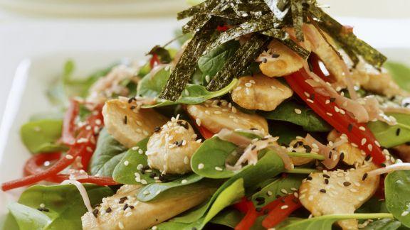Rezept: Hähnchensalat mit frischem Spinat und Sesam