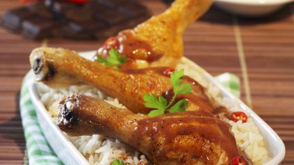 Rezept: Hähnchenschlegel mit scharfer Schokosoße und Reis