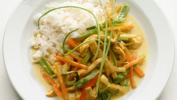 Rezept: Hähnchenstreifen mit Gemüse und Kokossoße aus dem Wok, dazu Reis