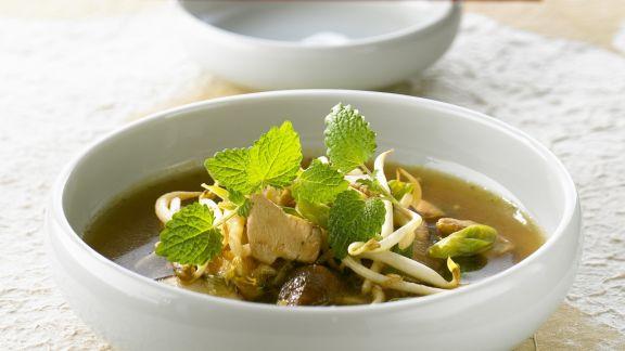 Rezept: Hähnchensuppe mit Sprossen und Zitronenmelisse
