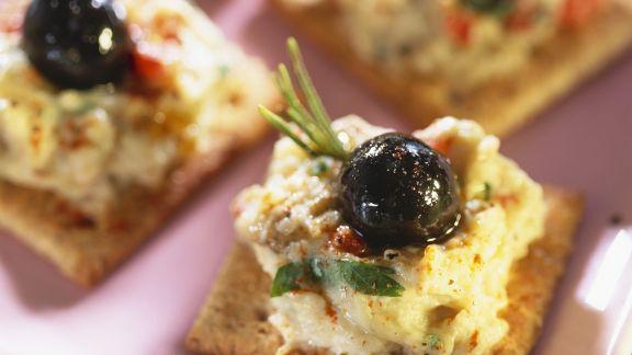 Rezept: Häppchen mit Auberginenaufstrich und schwarzen Oliven