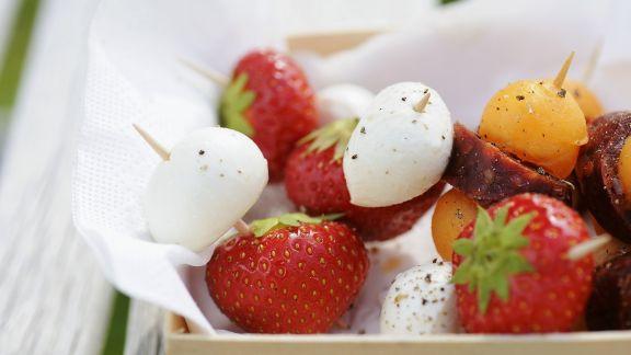 Rezept: Häppchen mit Erdbeer-Mozzarella oder Wurst-Melone