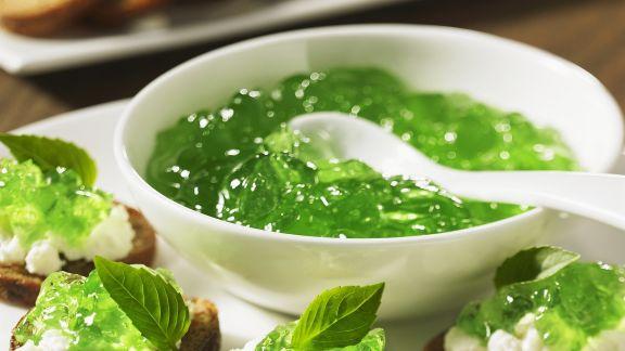 Rezept: Häppchen mit Frischkäse und Basilikumkonfitüre