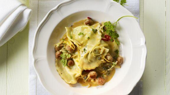 Rezept: Halb-Mond-Pasta (Mezzelune) mit Salsiccia, Kapern und Zitronensauce