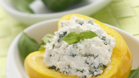 Rezept: Halbe Paprika mit Käse-Basilikum-Füllung