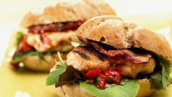 Rezept: Hamburger mit Hähnchen, Speck und BBQ-Soße