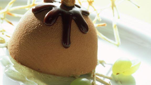 Rezept: Haselnuss-Nougat-Eis mit Weintrauben und Honigsoße