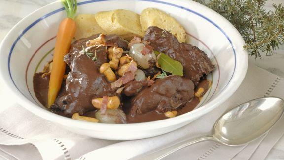 Rezept: Hasen-Pfeffer-Eintopf mit Perlzwiebeln und Pilzen