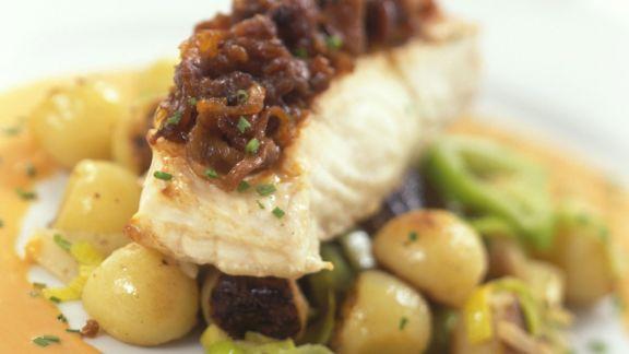 Rezept: Heilbuttfilet mit Rotwein-Schalotten-Haube, Hummersoße und Gemüse