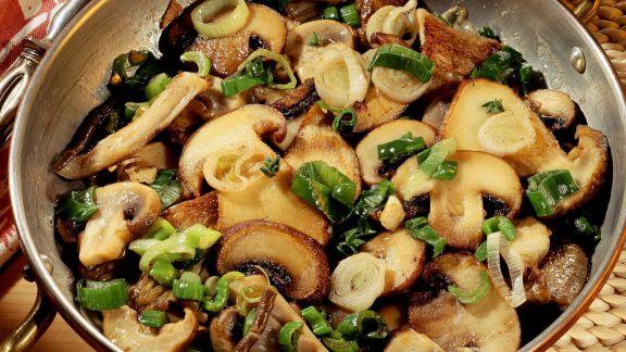 Rezept: Herbstliche Pilzpfanne mit Lauchzwiebeln