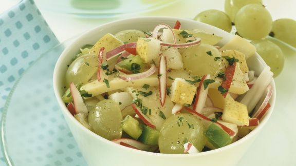 Rezept: Herbstlicher Käse-Traubensalat mit Birne