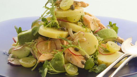 Rezept: Herbstlicher Kartoffelsalat mit Trauben und Forelle