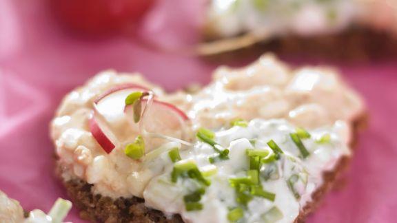 Rezept: Herz-Häppchen mit Frischkäse, Radieschen und Schnittlauch