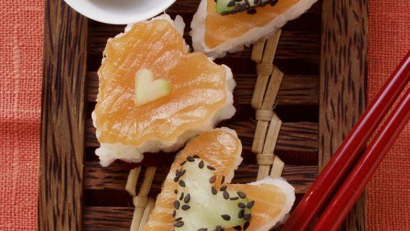 Rezept: Herz-Sushi mit Lachs, Gurke und Sesam