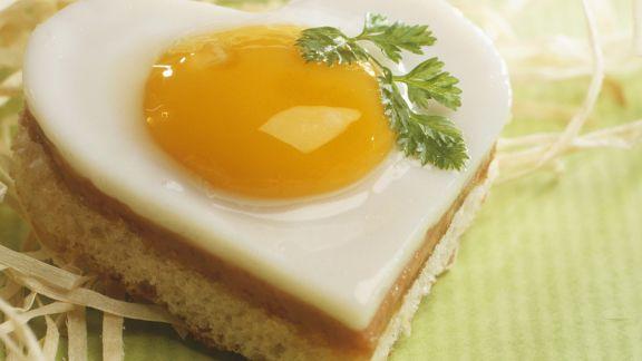 Rezept: Herz-Toasts mit Schinken und Ei