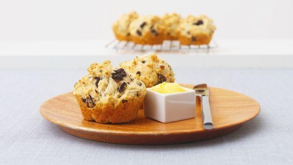 herzhafte muffins mit oliven und feta rezept eat smarter. Black Bedroom Furniture Sets. Home Design Ideas