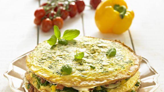 Rezept: Herzhafte Pfannkuchentorte mit Gemüse und Basilikum