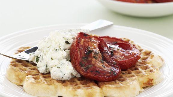 Rezept: Herzhafte Waffeln mit Frischkäse und Ofen-Tomaten