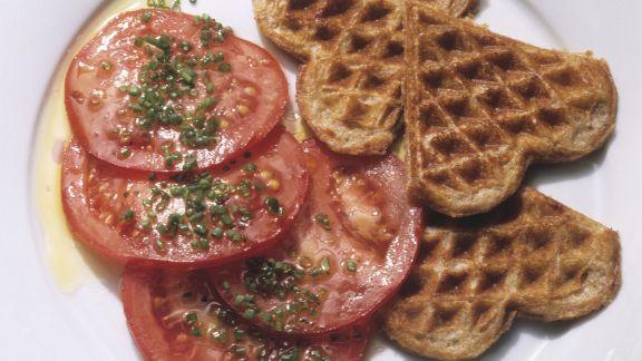 Rezept: Herzhafte Waffeln mit Tomatensalat