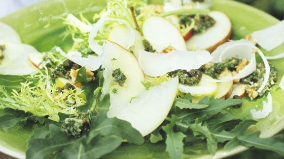 Rezept: Herzhafter Apfelsalat mit Nüssen, Kapern, Rauke und Pecorino