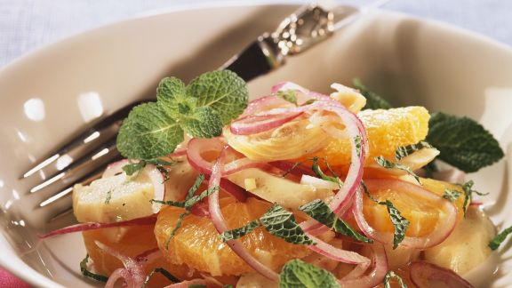 Rezept: Herzhafter Orangen-Zwiebel-Salat mit Artischocken