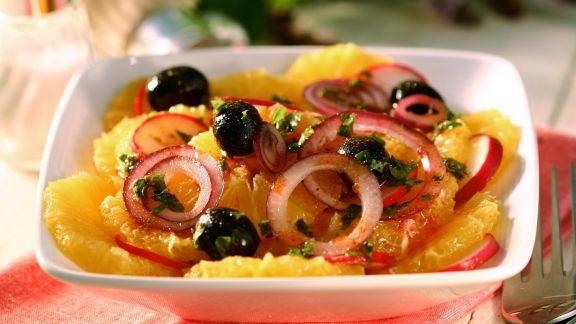 Rezept: Herzhafter Orangen-Zwiebel-Salat mit Oliven