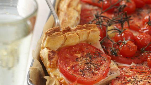 Rezept: Herzhafter Tomatenkuchen mit Käse und Schinken