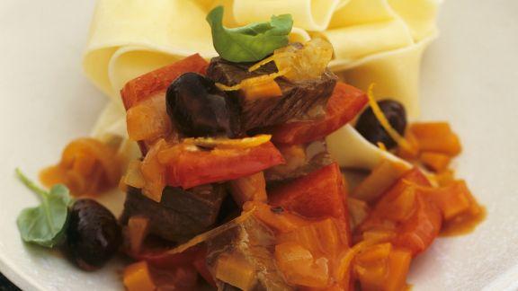 Rezept: Hirschgulasch mit Paprika, Oliven und Nudeln