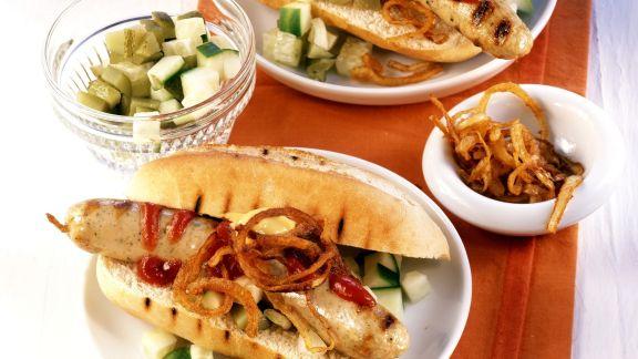 Rezept: Hot Dog mit Grillwürstchen, Gurken und Röstzwiebeln