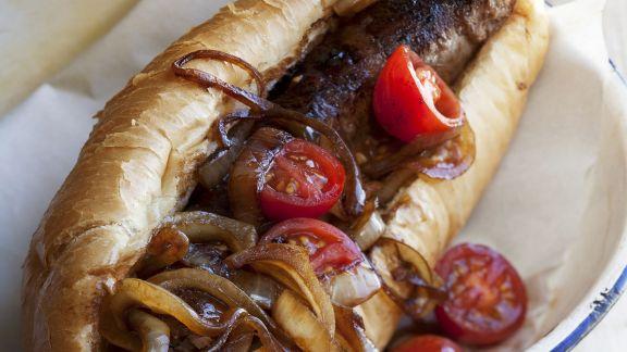 Rezept: Hotdog mit gegrillter Wurst aus Südafrika (Boerewors) dazu Zwiebel-Tomaten-Dip