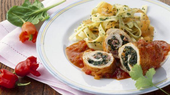 Rezept: Hühnerbrust mit Spinat gefüllt dazu Paprikasoße und Nudeln