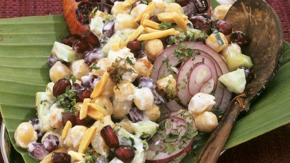 Rezept: Indischer Kichererbsensalat mit Mandeln und Granatapfelkernen