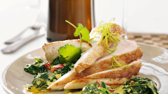 Rezept: Ingwer-Hähnchenbrust mit Curry-Kombucha-Spinat