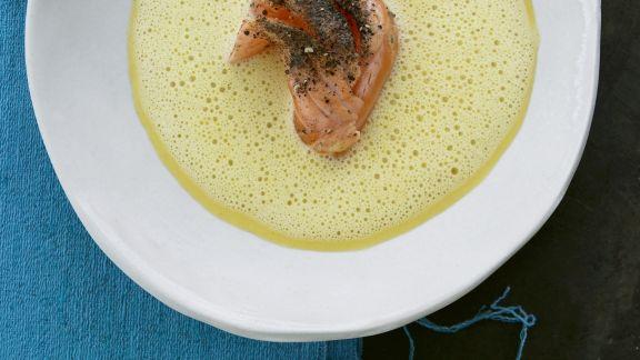 Rezept: Ingwer-Karotten-Suppe mit gepfeffertem Lachs