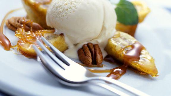 Rezept: Ingwereis mit Karamell-Bananen und Nüssen