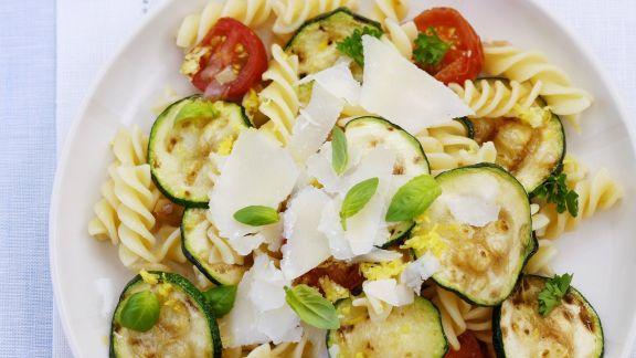 Rezept: Italienischer Nudelsalat mit Zucchini, Tomaten und Parmesan
