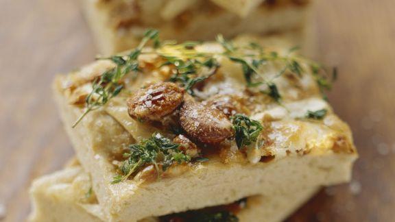 Rezept: Italienisches Fladenbrot (Foccacia) mit Ziegenkäse und Nüssen