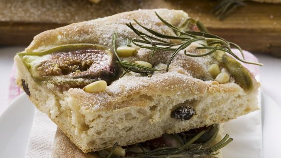 Rezept: Italienisches Fladenbrot mit Feige, Rosmarin und Pinienkernen