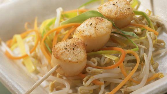 Rezept: Jakobsmuschel-Spieß mit Gemüsestreifen und Sprossen