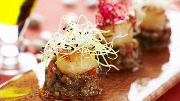 Rezept: Jakobsmuschel vom Grill mit gehackten Auberginen