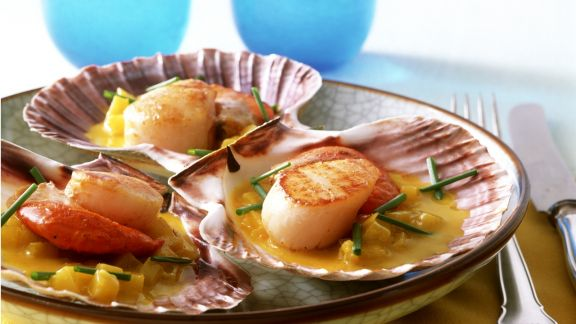 Rezept: Jakobsmuscheln mit Currybutter und Ananas