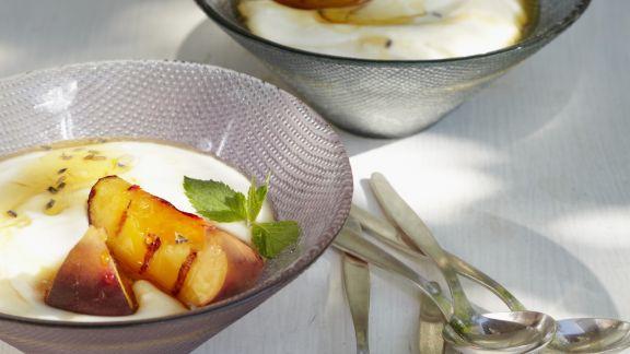 Rezept: Joghurtcreme mit Grill-Pfirsich und Lavendelhonig