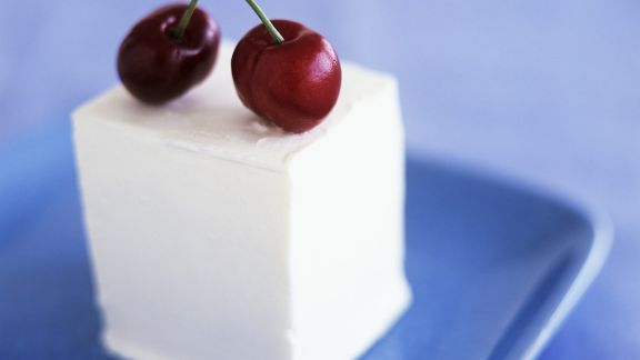 Rezept: Joghurtcreme-Würfel mit Kirschen