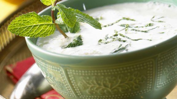 Rezept: Joghurtkaltschale mit frischer Minze