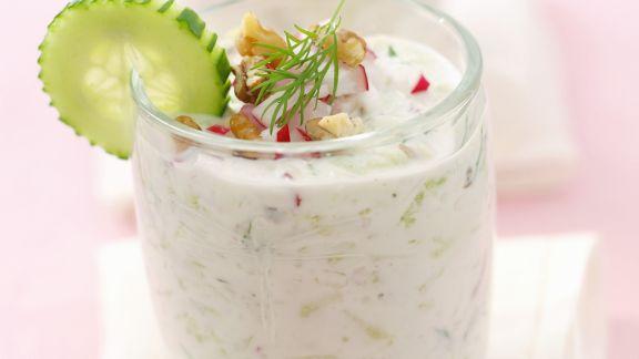 Rezept: Joghurtsuppe mit Gurken und Radieschen