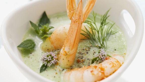 Rezept: Joghurtsuppe mit Kräutern und Scampi