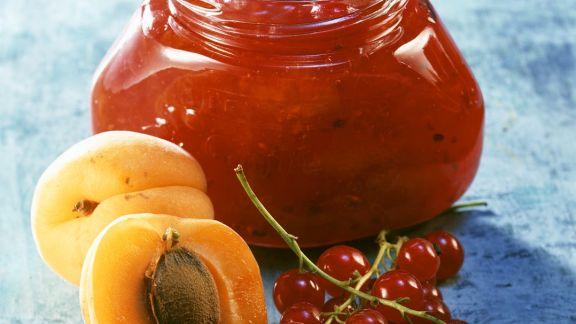 Rezept: Johannisbeerkonfitüre mit Aprikosen