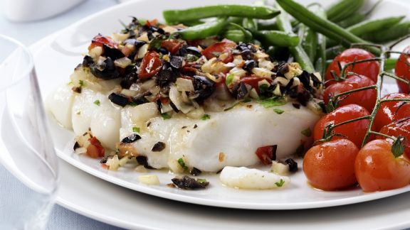 Rezept: Kabeljau mit Oliven-Tomaten-Haube