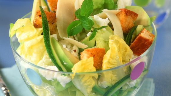 Rezept: Käse-Avocado-Salat mit Croutons