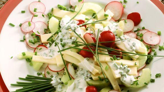 Rezept: Käse-Radieschen-Salat mit Schnittlauchvinaigrette